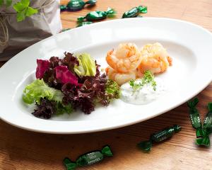 Gegrillte Riesengarnelen mit Bimenthol®-Kräutersauce und Salatbouquet