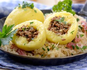 Selchfleischknödel mit Krautsalat
