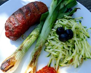 Cevapcici mit Zucchinisalat und Chilisauce