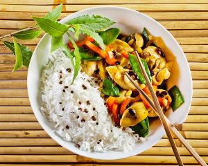 Hühnergeschnetzeltes auf chinesische Art mit Reis
