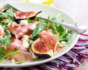 Sommerlicher Salat mit Feigen und Prosciutto