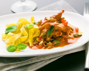 Geschnetzeltes Paprikafleisch mit Basilikum-Nudeln