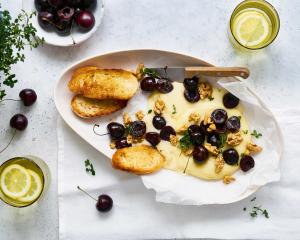 Warmer Camembert mit gerösteten Kirschen
