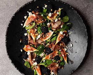 Feigensalat mit Brombeeren, Ricotta und Schinken