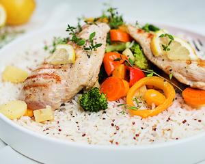 Hühnchen mit Gemüse, Reis & Quinoa