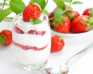 Joghurteis mit Erdbeeren