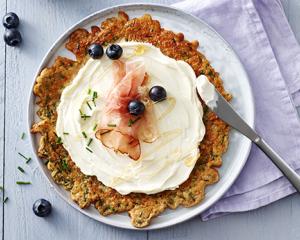 Kräuter-Pfannkuchen mit Schinken, Blaubeeren und Ahornsirup