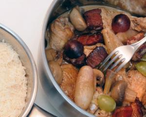 Hendl im Riesling geschmort mit Weintrauben und Parmesan-Brot