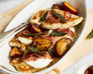 Hühnerfilet mit Pflaumen, Salbei & Prosciutto