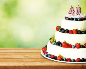 Regal-Geburtstagstorte