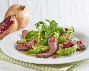 Blattsalat mit gebratenen Rindfleischstreifen und Granatapfel