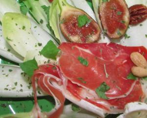 Chicorée mit Parma Schinken, Brie und Nüssen und Feigen-Vinaigrette