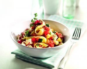 Tagliatelle alla Bolognese Paprika, Zucchini und marinierten Schafskäsewürfeln