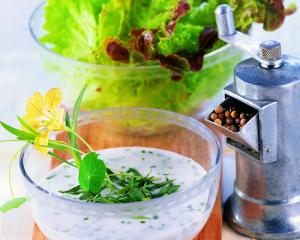 Bunter Salat mit Sahnedressing