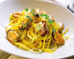 Spaghetti mit Muscheln, Safran und Knoblauch