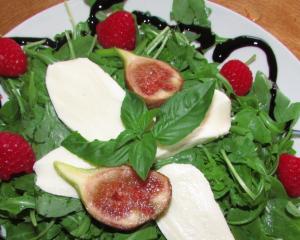 Leichter Feigen-Himbeer-Rucola Salat mit Mozzarella