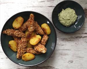 Knusprige Fischsticks in Sesamkruste mit Bratkartoffeln und Avocadodip