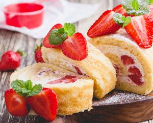 Biskuitroulade mit Erdbeer-Joghurt-Creme