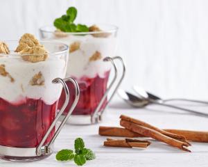 Zimt-Kirschen mit Joghurt und Vollkorncrumble