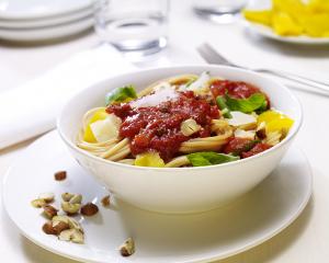 Spaghetti mit mediterranem Gemüse und Haselnüssen