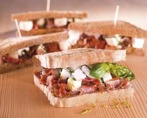 Sandwich mit Honigmelone, Schafkäse & Parmaschinken