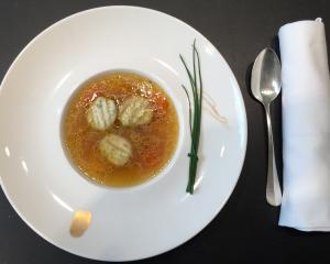 Leichte Hühnersuppe mit  Kräuter-Topfengnocchini