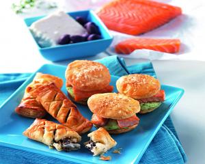 Blätterteigburger gefüllt mit Brokkolipüree und Lachswürfeln