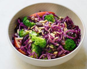 Brokkoli-Rotkraut Salat mit Apfel