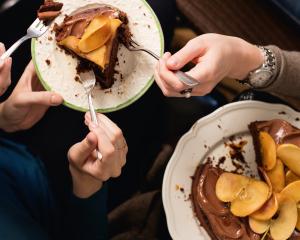 Schokoladentorte mit karamellisierten Äpfeln