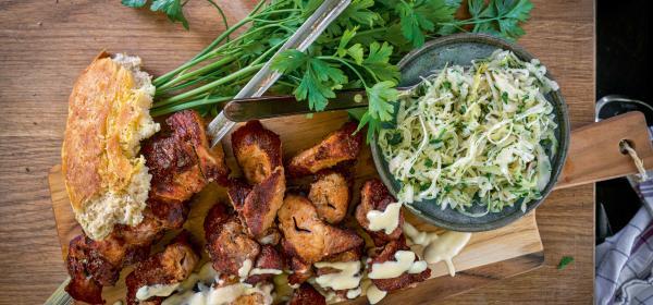 Schopfbraten-Spieße mit Krautsalat