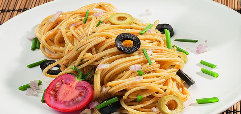Schnelle Spaghetti N°1 mit Tomaten, Oliven und Basilikum