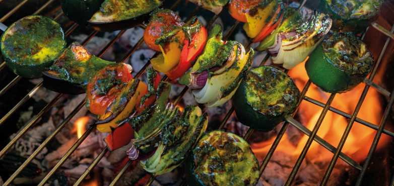 Gemüse-Spieße mit Kräuterpaste und Süßkartoffel-Chili-Creme