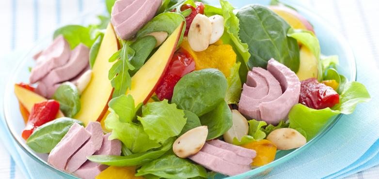 Salat mit Thunfisch, Paprika, Mango und Mandeln