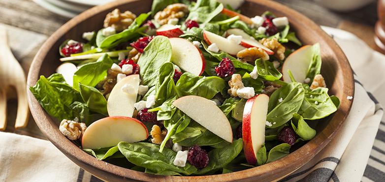 Herbstlicher Salat mit Äpfel und Nüssen
