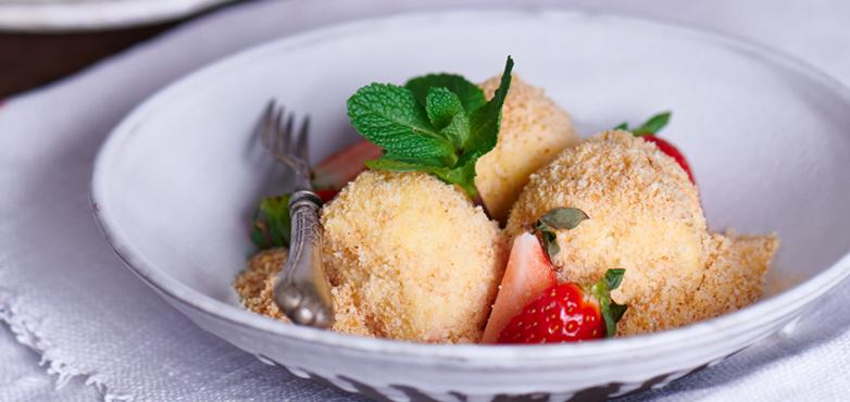 Topfenknödel mit Erdbeersauce