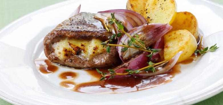 Gefüllte Rindsschnitzel mit Rotwein-Zwiebelsauce