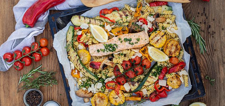 Nudeln in Kräuter-ÖlMarinade mit Grillgemüse & Lachs