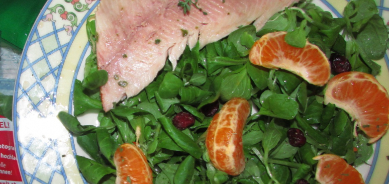 Vogerlsalat mit Mandarinendressing, Rosinen und geräucherter Forelle