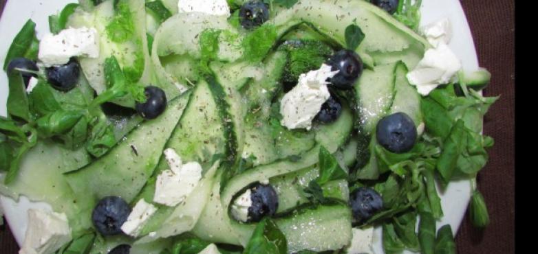 Vogerl-Gurken-Minzsalat mit Heidelbeeren und Feta
